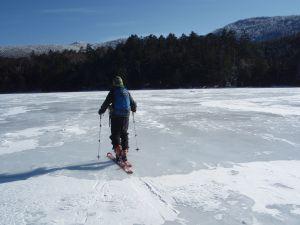 白駒池をスキーでいく